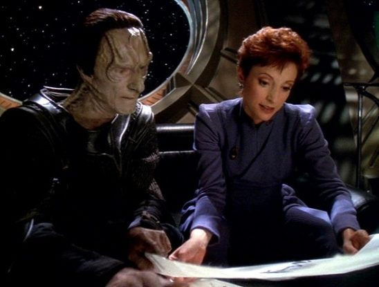 Kira and Dukat looking at a painting by Dukat's daughter.
